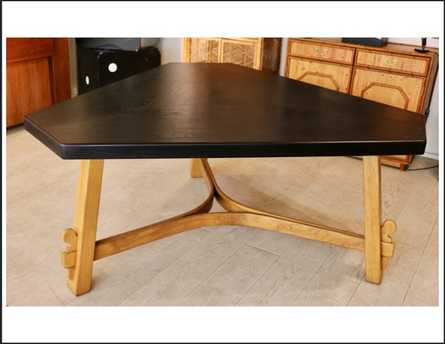 grande table triangulaire en ch ne circa. Black Bedroom Furniture Sets. Home Design Ideas